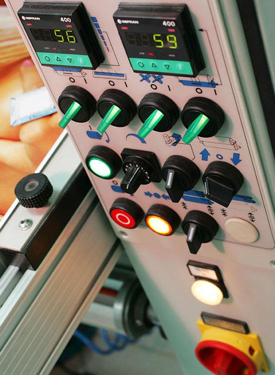 Detalle de maquina laminadora utilizada en el taller de Nortecolor.