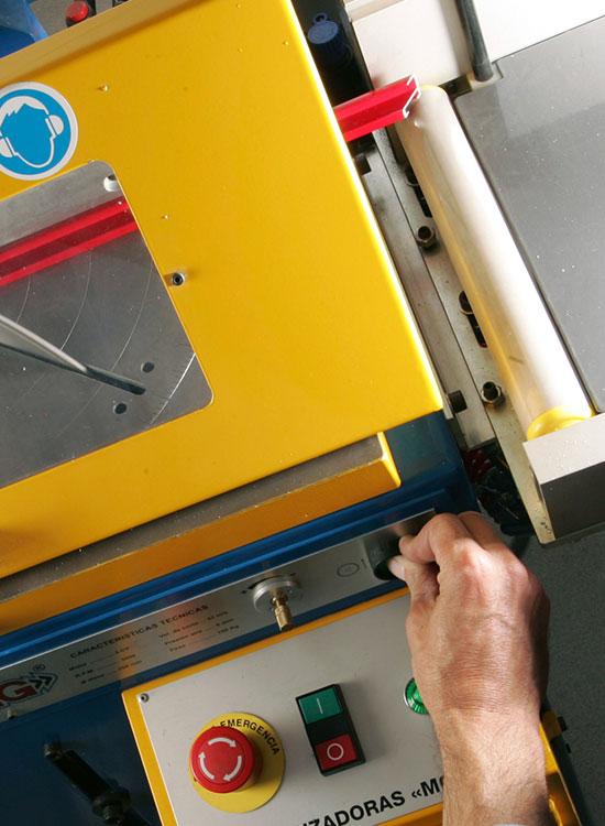 Detalle de maquina tronzadora utilizada en el taller de Nortecolor.